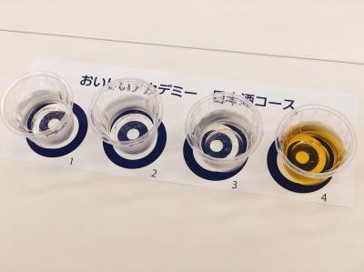 机には4つのタイプの日本酒の利き酒