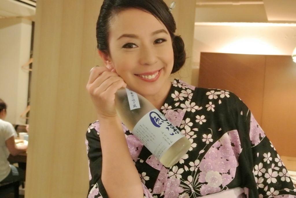 日本酒とポーズな律子先生
