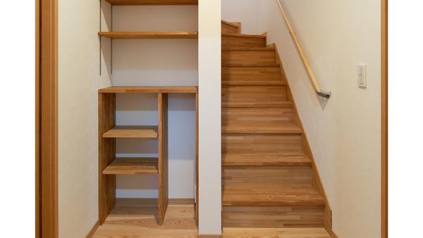 掃除機置き場の写真、階段の横です