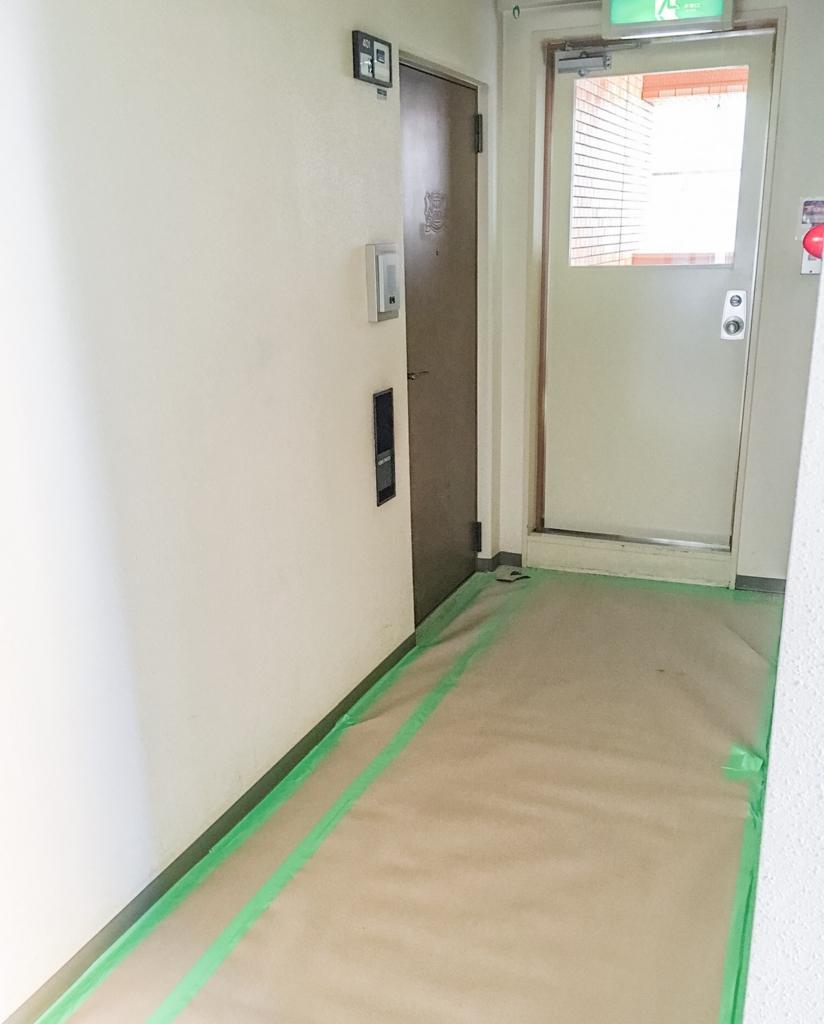 リノベーション工事初日の玄関前の様子