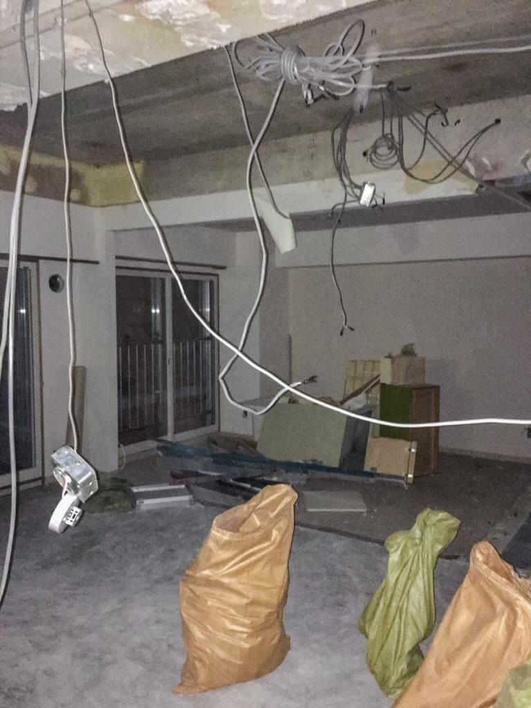 スケルトンに解体したリビングと元和室