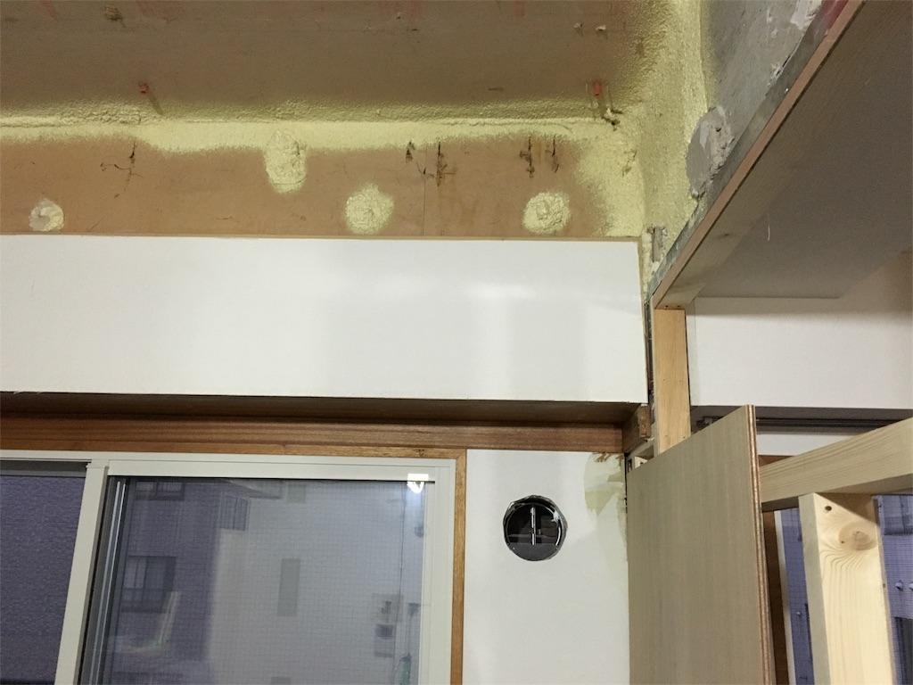 リフォーム後のリビングの窓上の木枠