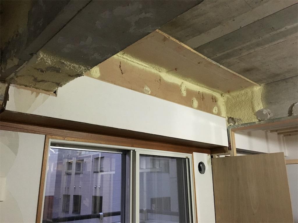 木枠を削りスッキリさせたリビングの窓周り