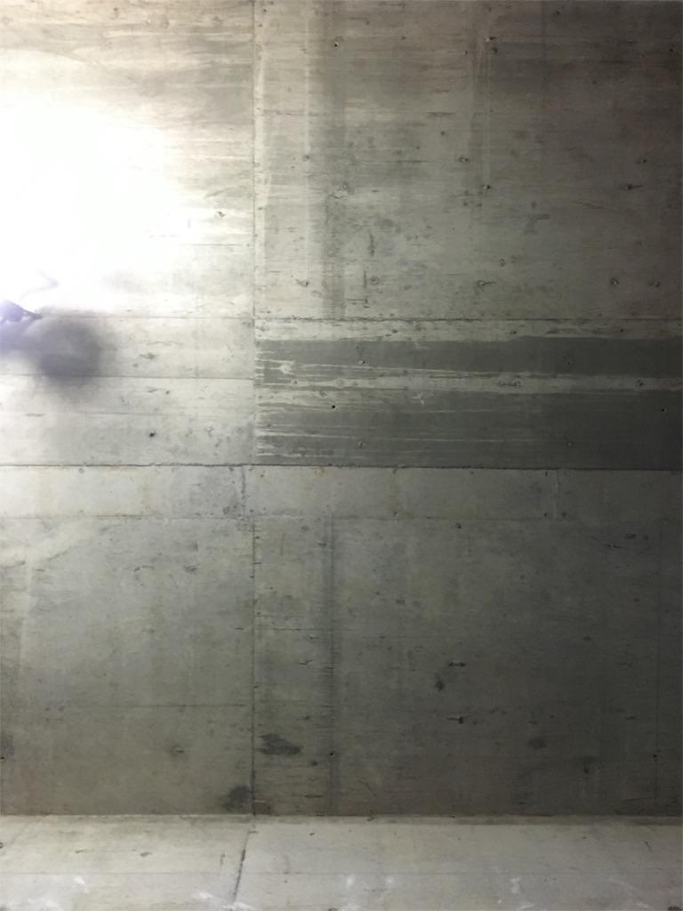リノベーションで露にしたリビングのコンクリート天井