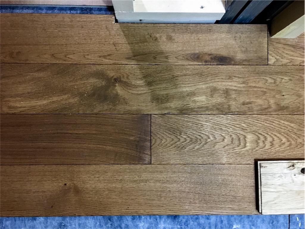 リビングの床に使う無垢材