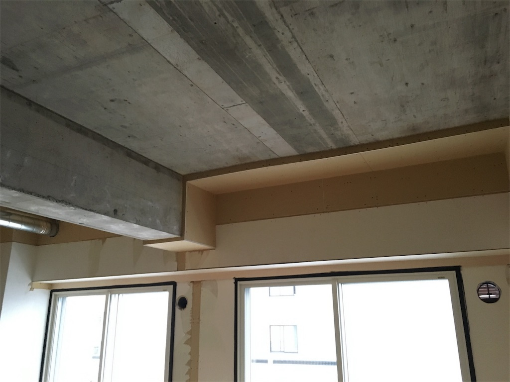 むき出しにした現し天井と断熱材を綺麗に隠したリビングの窓周り