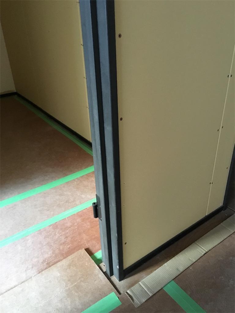 リノベーションで新設するドアのドア枠と巾木。ともに珍しいブラック