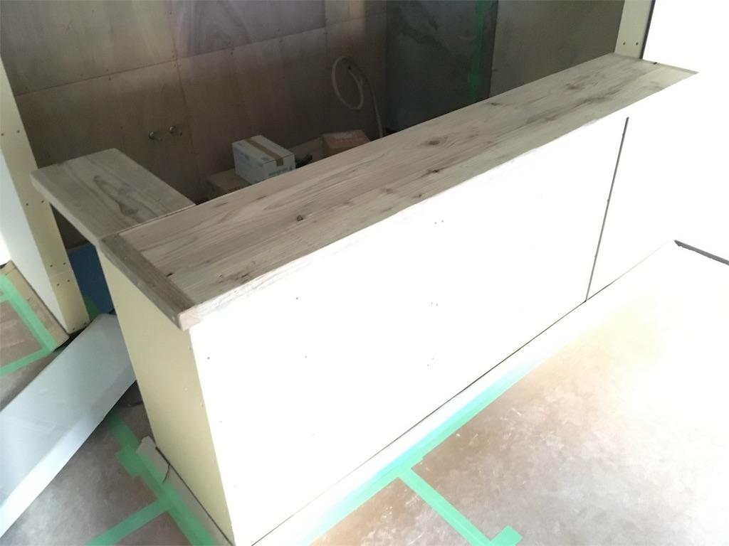 足場板の造作カウンター設置の様子