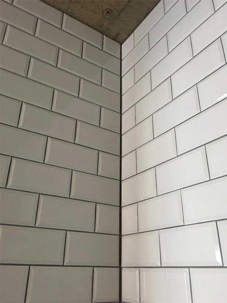 リノベーションでサブウェイタイルを貼ったキッチンの壁。目地はグレー