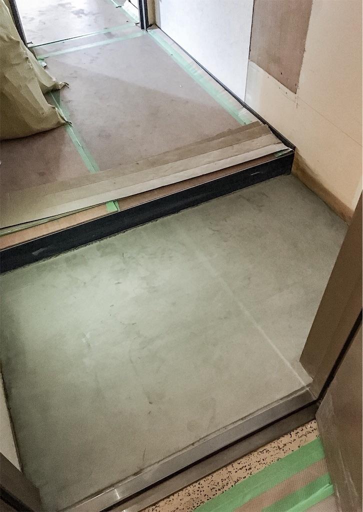 リノベーションでモルタル仕上げにした玄関の土間