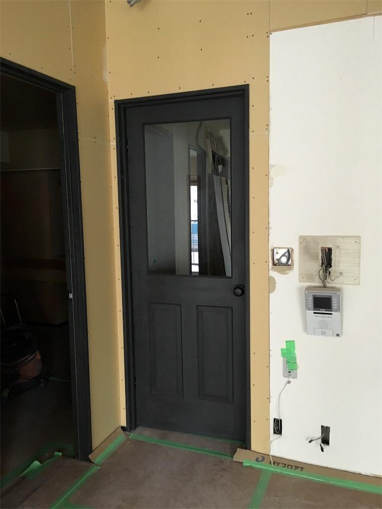 リノベーションで新設した玄関とリビングの間のガラス戸