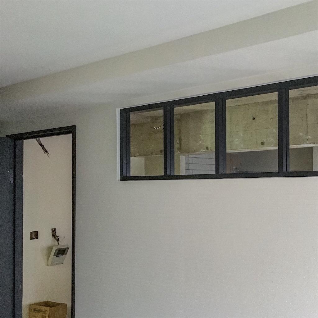 寝室とリビングの壁に設けた小窓