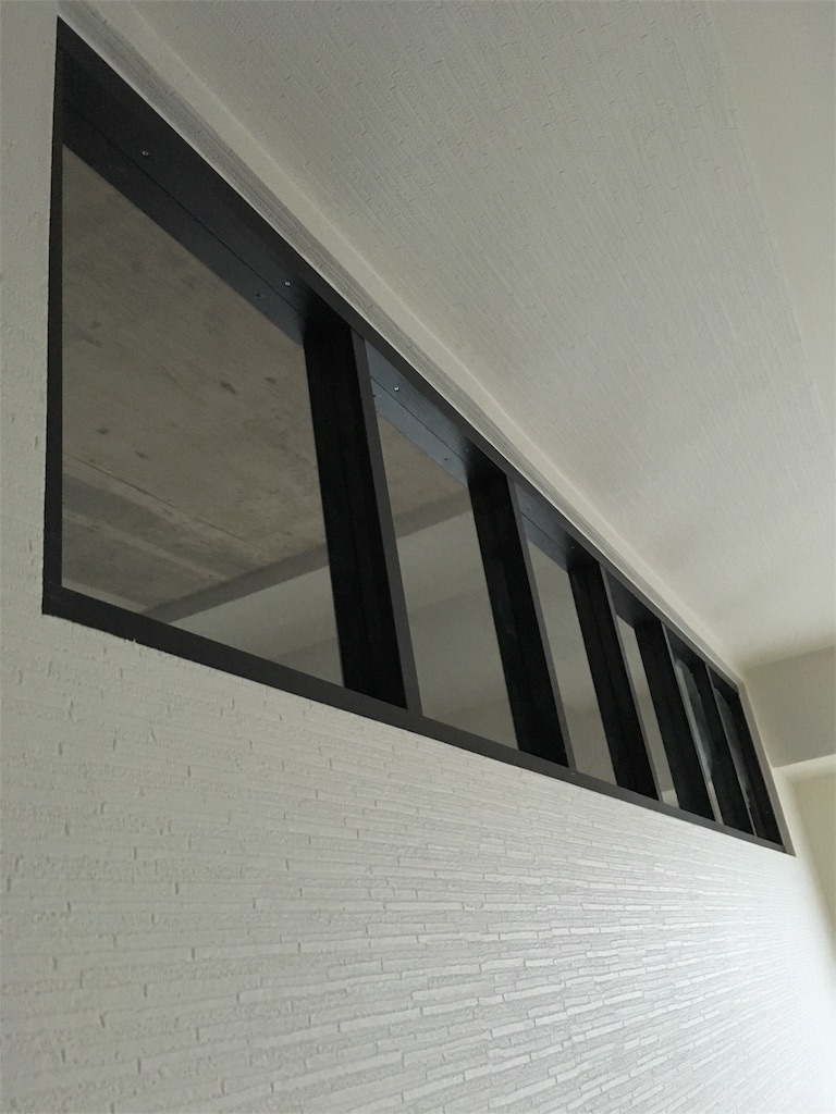 リビングと寝室の壁の間に設けた室内窓を寝室側から見た様子