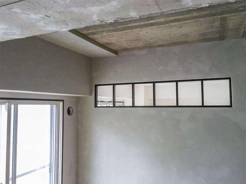 ゼオライトで塗られたリビングの壁
