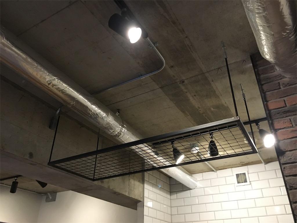 キッチンの天井に設置したアイアンラック