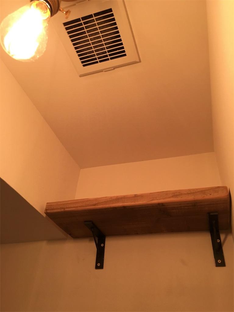 トイレに設置した足場板の飾棚