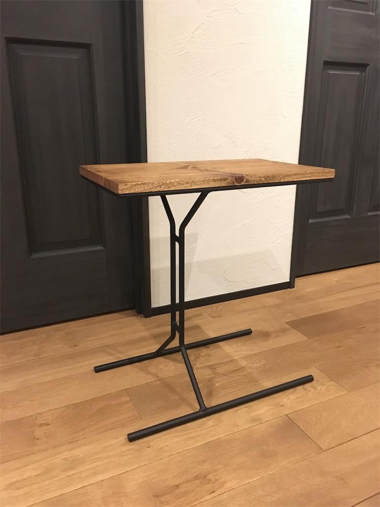 無垢の木とアイアンで作られたインダストリアルなサイドテーブル