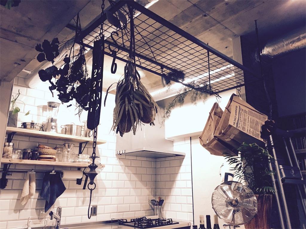 壁付けキッチンに設置した造作カウンター上のアイアンラック