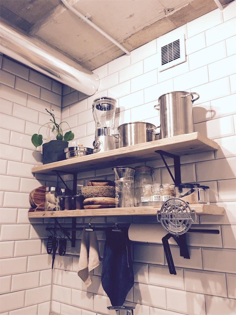 足場板とアイアンで設置した壁付けキッチンの飾棚