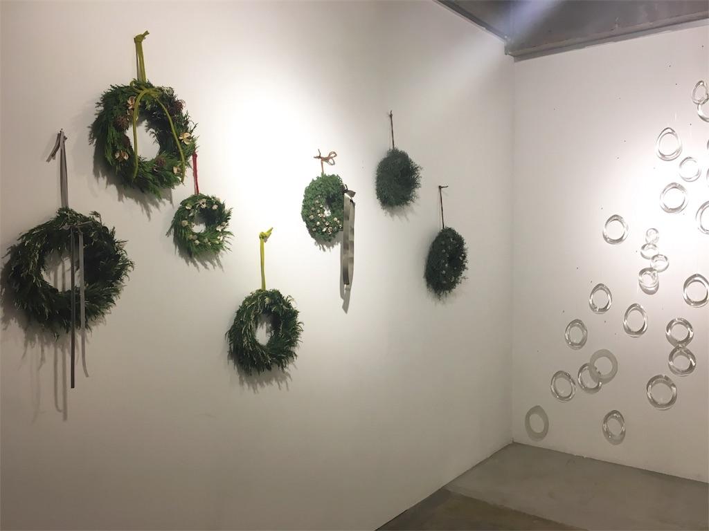 壁に飾られたシンプルなリース