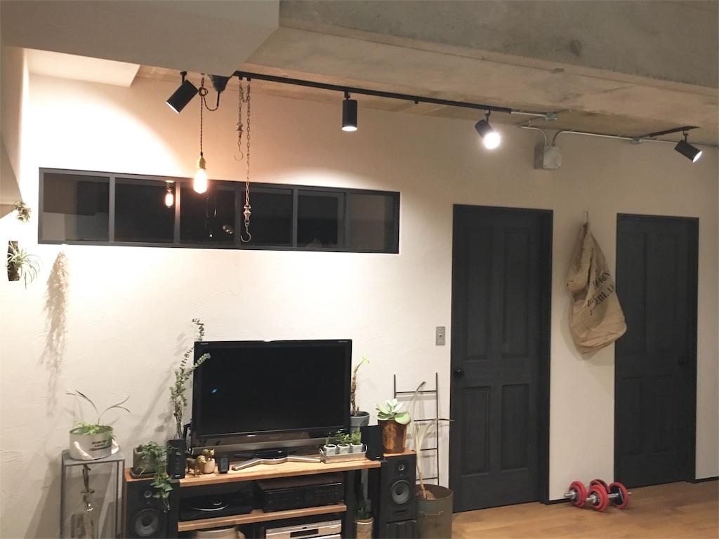 室内窓とヴィンテージ感のある寝室と仕事部屋のドア