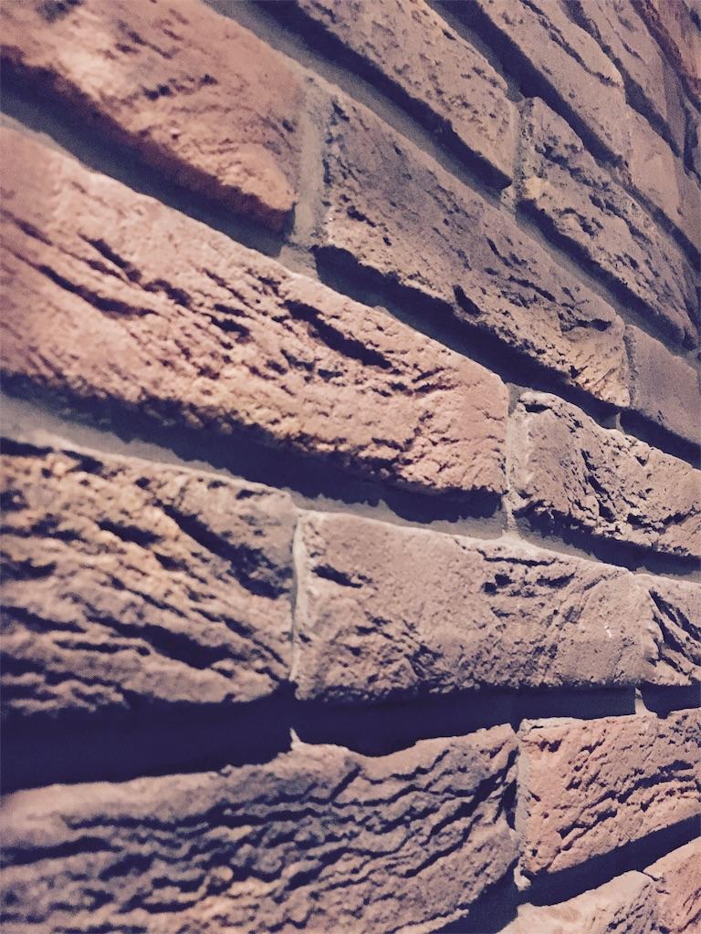 間仕切壁に貼ったブリックタイル