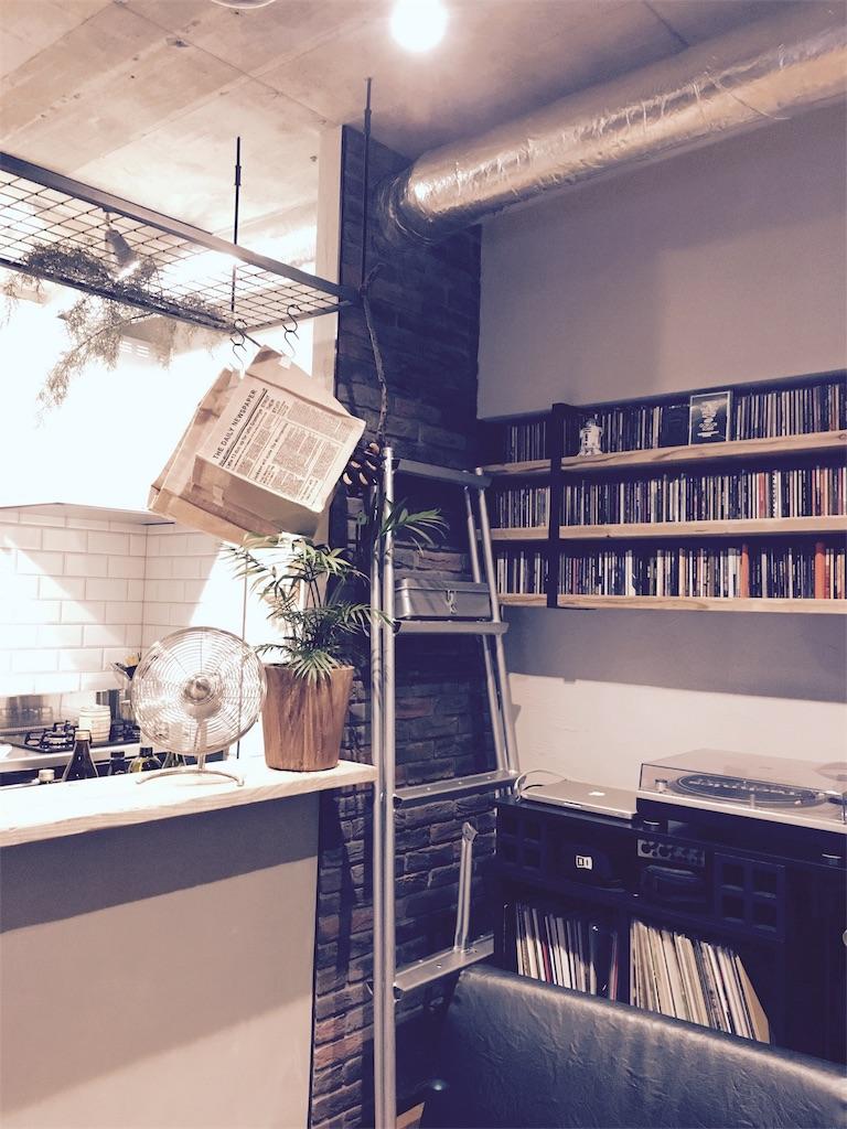 インダストリアルな雰囲気のキッチンとリビングの間仕切壁