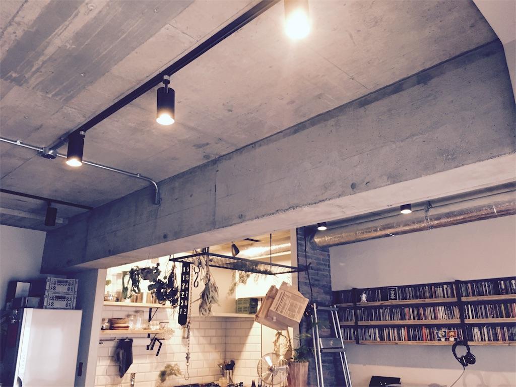 コンクリートむき出しにしたリビングの天井