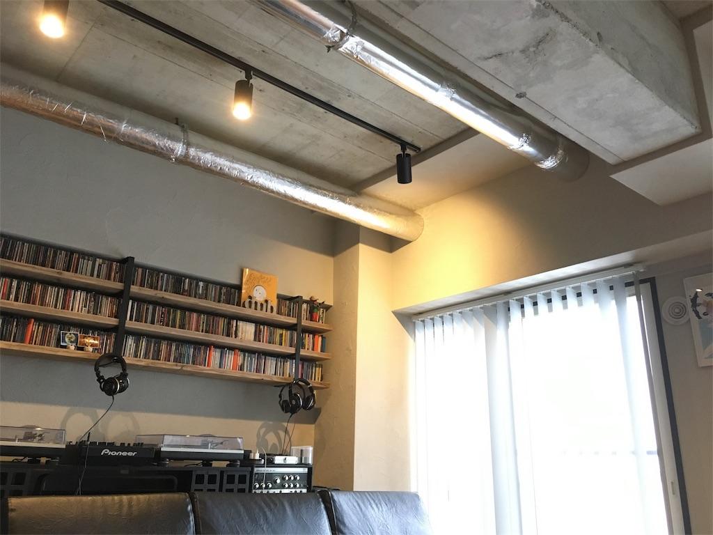 むき出しにしたコンクリートの梁や天井と2本のダクト
