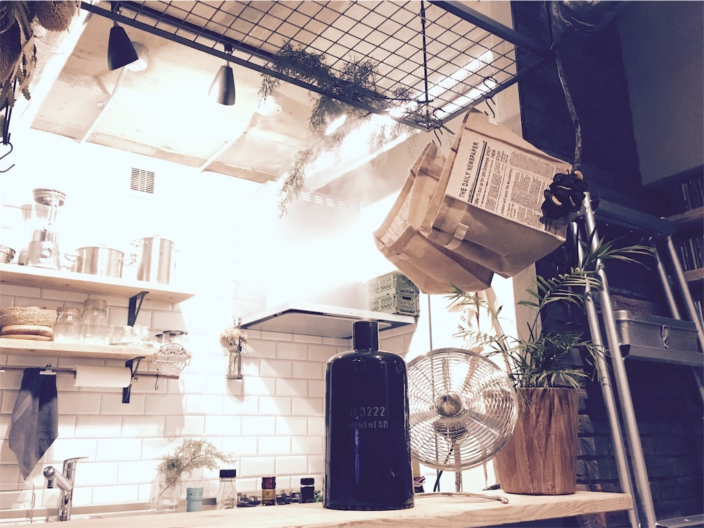キッチンカウンターに置いたOnnlili(オンリリ)の陶器アロマ超音波式加湿器とStadlerformのCharlyfanサーキュレーター