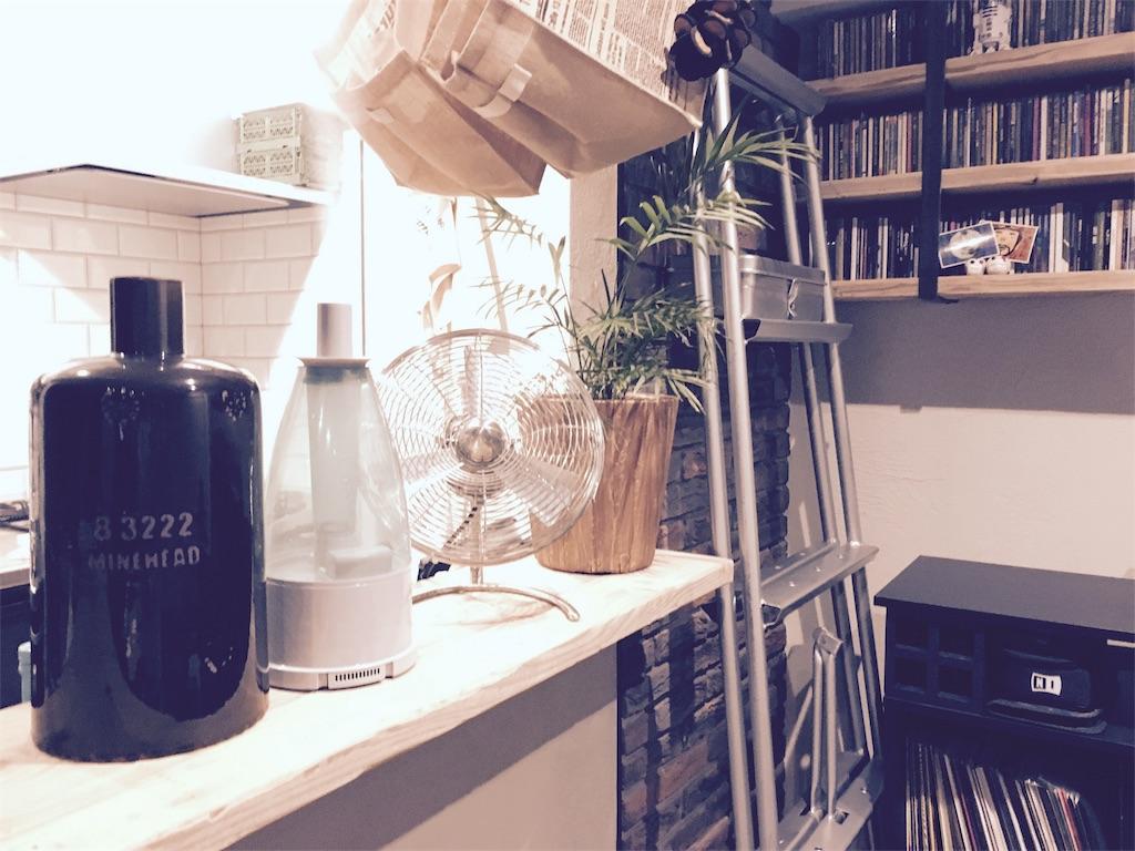 キッチンカウンターに置いたOnnlili(オンリリ)陶器アロマ超音波式加湿器の陶器カバーとタンク