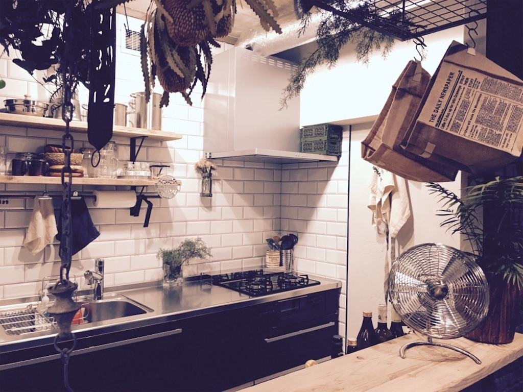 インダストリアルな空間にリノベーションしたキッチンとアイアンラック