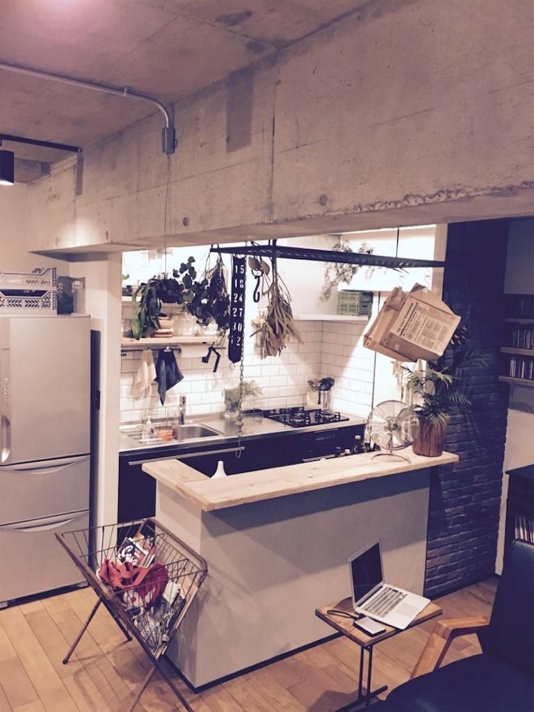 インダストリアルをデザインテーマにリノベーションしたリビングとキッチンの様子