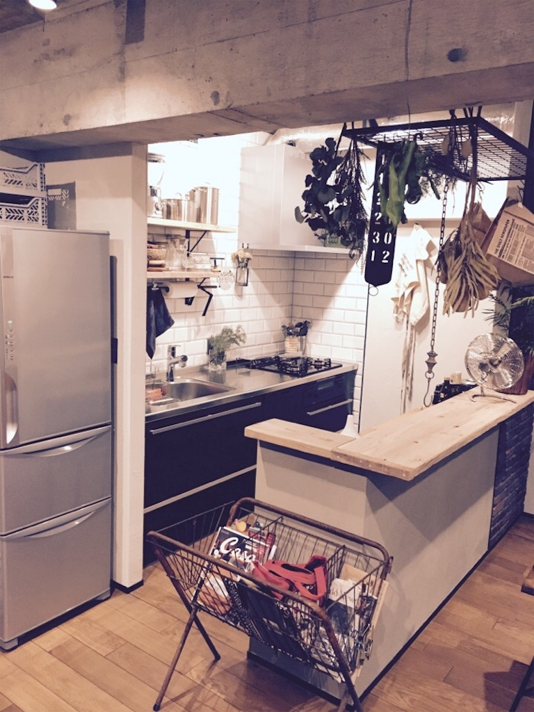 リノベーションしたキッチンとその手間に置いたインダストリアルなアイアンワゴン