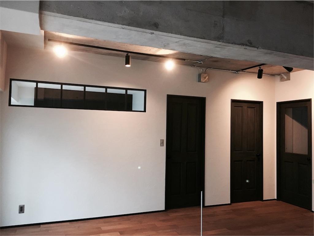 リビングに造作した室内窓と新設した無垢のドア