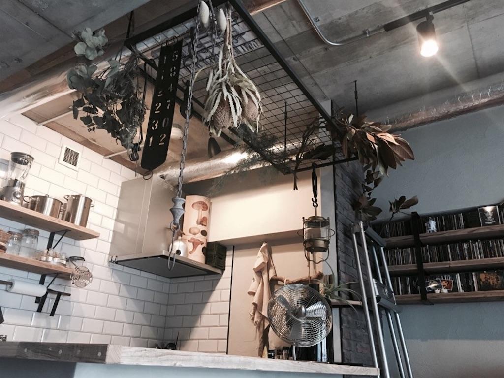 造作した間仕切り兼目隠しのキッチンカウンターとキッチンの様子