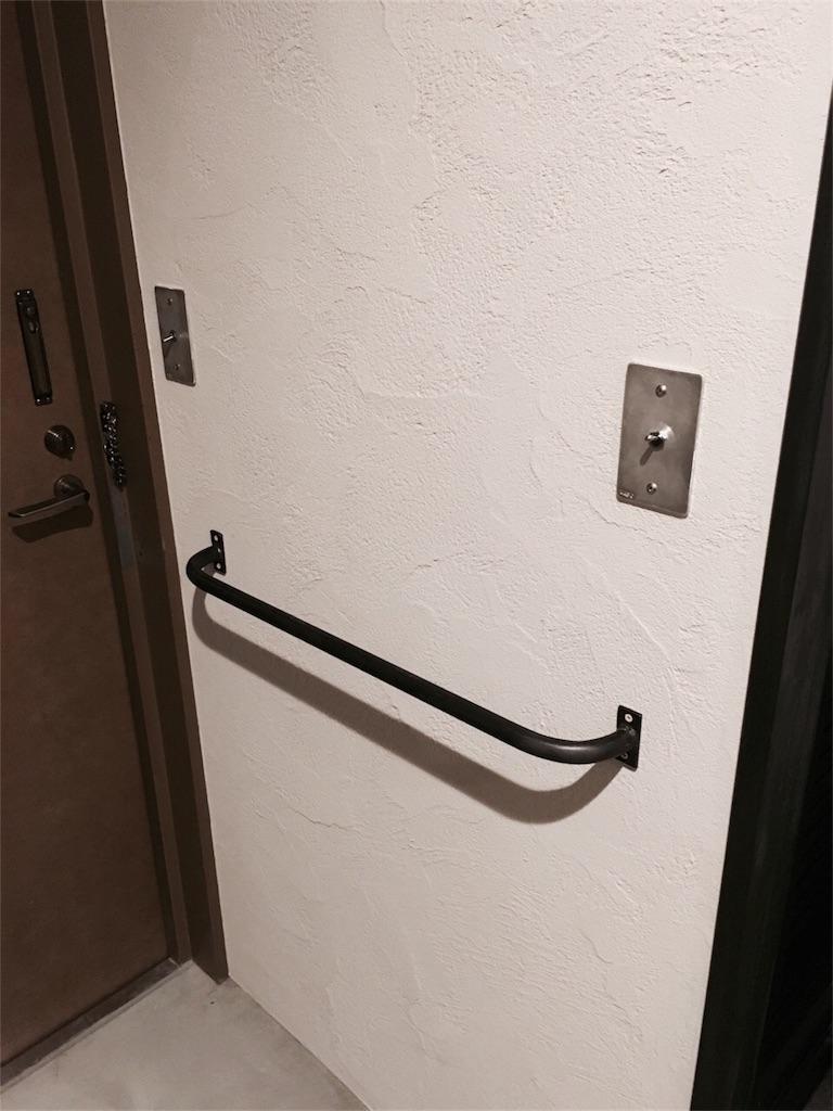 共有部分のため取り替えできない玄関のドアと壁に設置したアイアン手すり