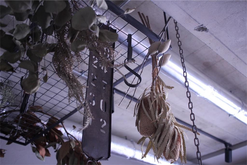 リノベーション後のキッチンには天井から吊るしたアイアンラック
