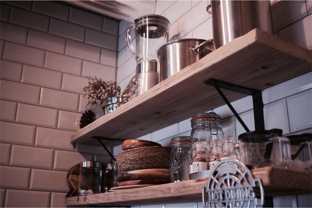 キッチンに付けた足場板の飾り棚