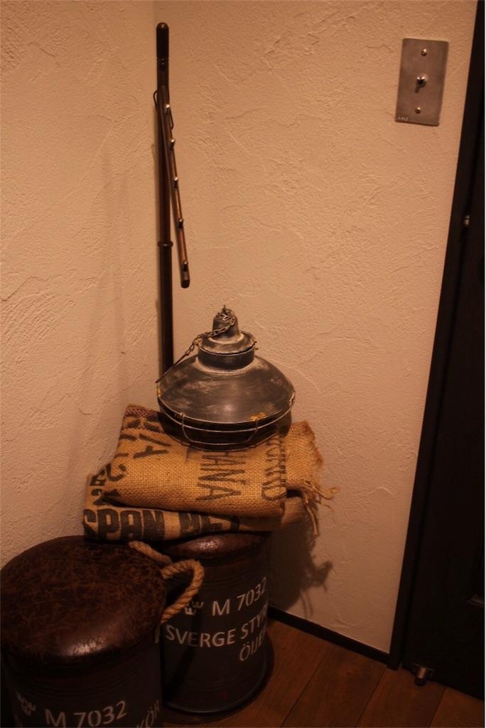玄関に置いたスウェーデン軍のスツール
