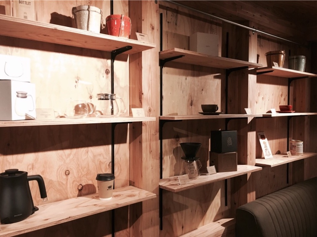 35stockの壁面にディスプレイされた雑貨や植物