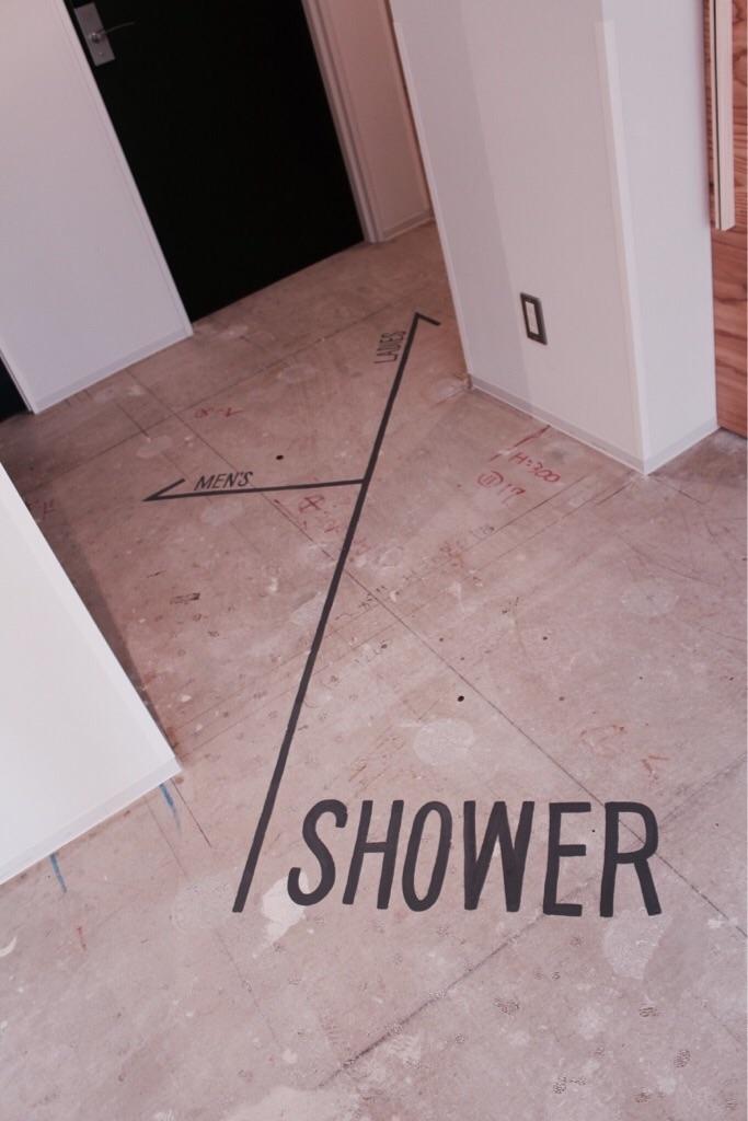 床にペイントされたshouerの文字