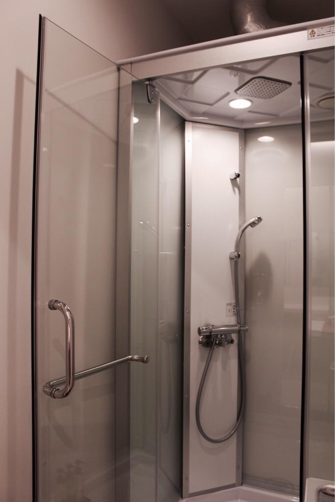 レインシャワー付きのシャワールーム