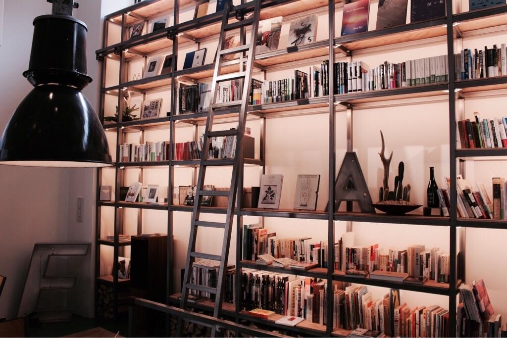 カフェにある書籍は誠光社によるセレクト