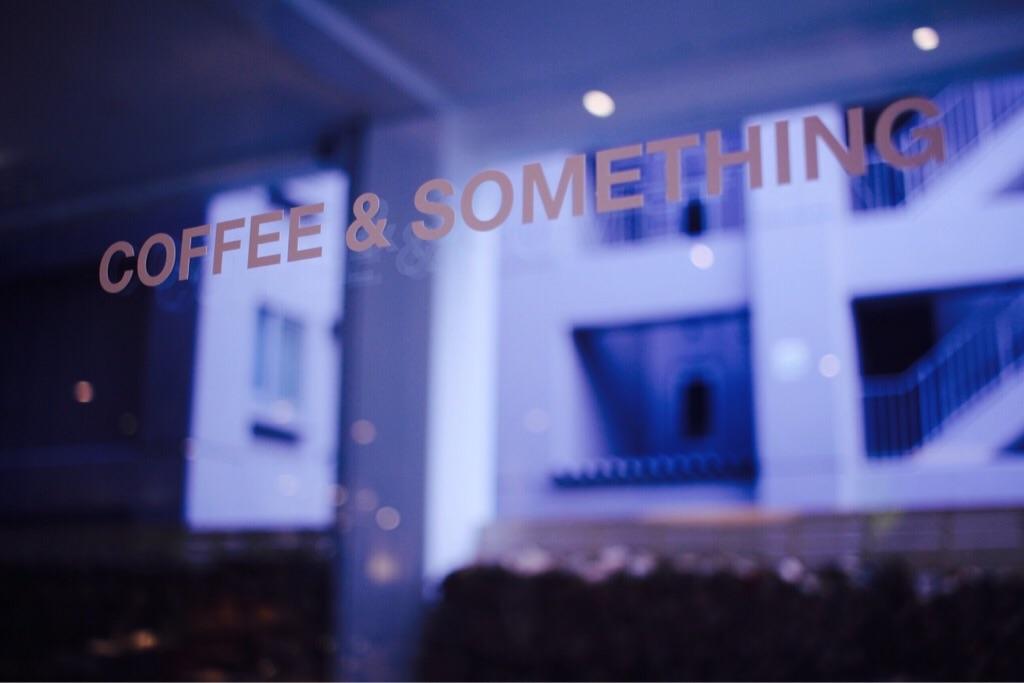 MORIHICO. STAY & COFFEEの窓ガラスにペイントされた文字