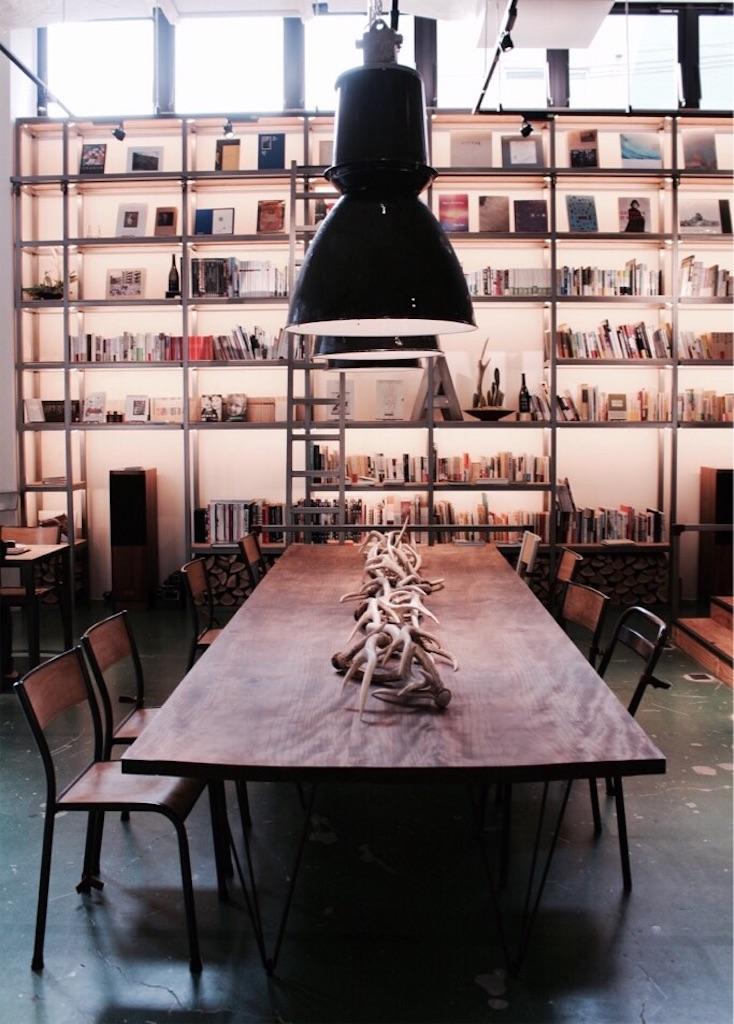 壁一面を埋め尽くす大きな本棚