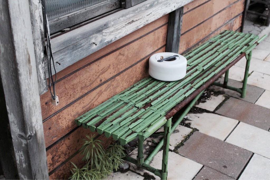 ボロボロのベンチ