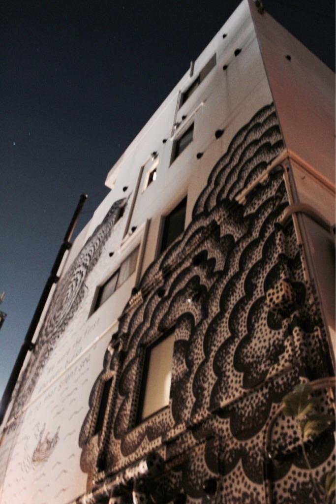 夜空とUNTAPPED HOSTELの外壁ペイント
