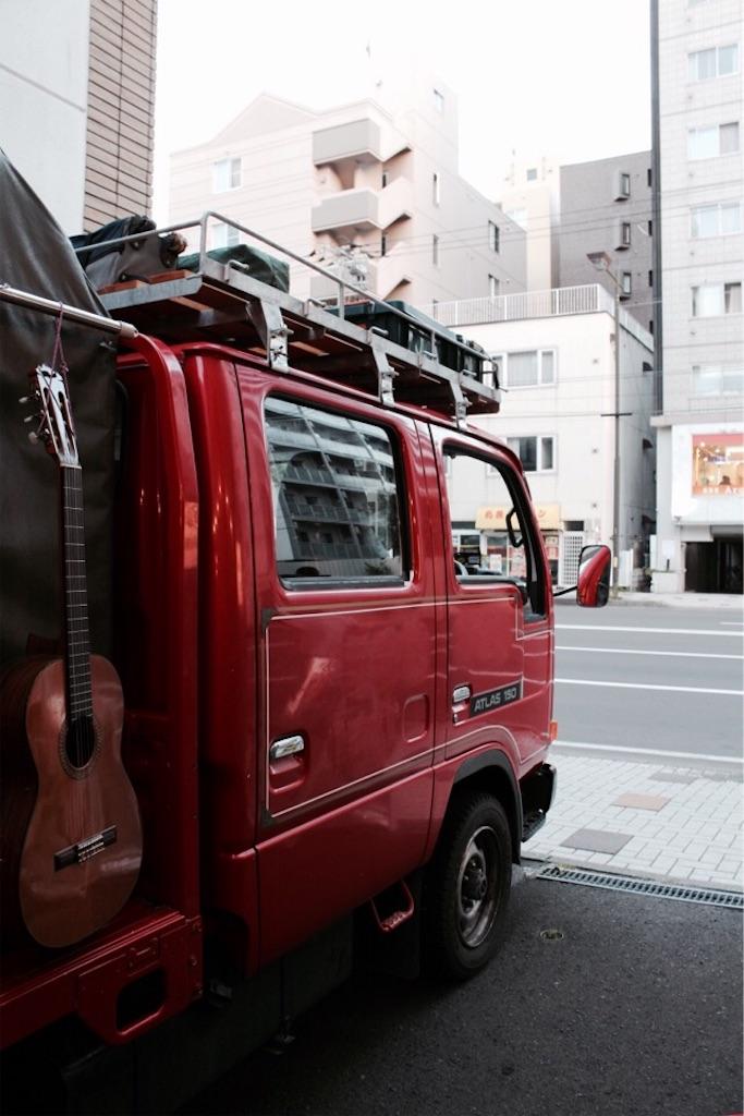 モバイルアースオーブンは役目を終えた消防車の荷台にオーブンを載せた車のこと