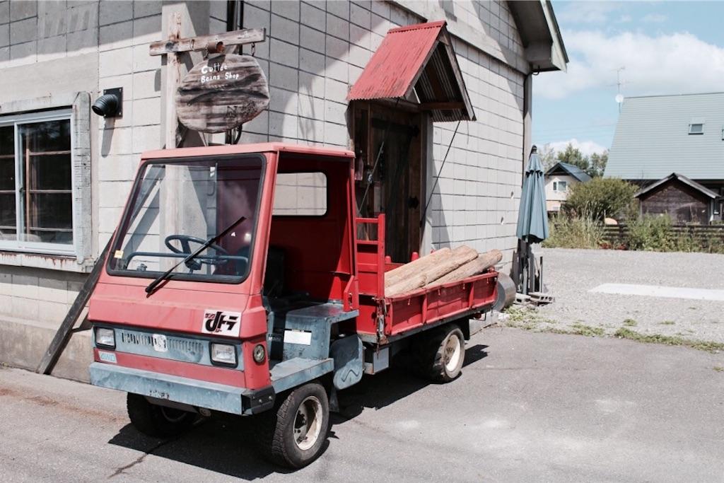 東川町「Wednesday cafe&bake」の入り口にあった古い車
